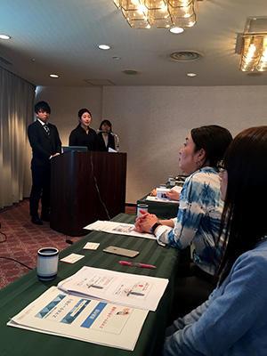 HP報告する学生とそれを聞く名古屋市の方々.jpg