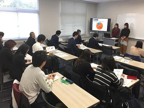 来賓者からの質問に回答する坂田ゼミ生-hp.jpg