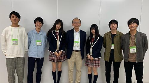 SKE48と記念撮影する佐藤教授と「AIステーション」スタッフ.jpg