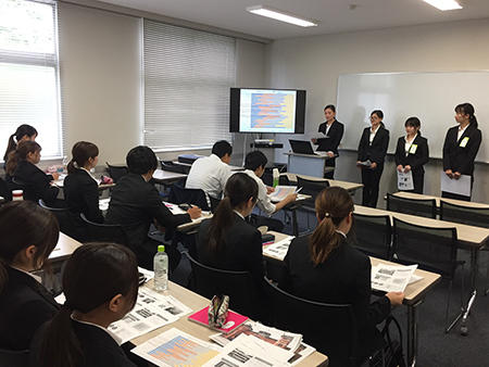 hp提案報告をする坂田ゼミ生1.jpg