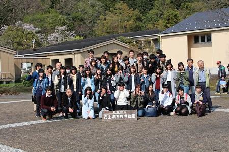 新入生オリエンテーション写真2(安土での集合写真2).jpg