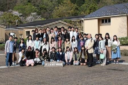 新入生オリエンテーション写真1(安土で集合写真1).jpg