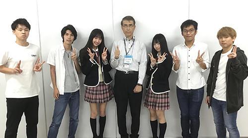 SKE48と記念撮影する沼田教授と「ものまねサッカーロボット」スタッフ.jpg