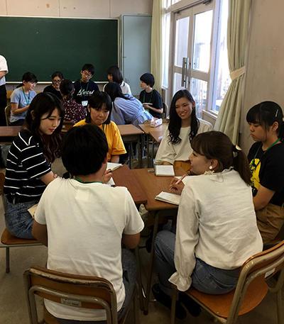 hp高校生と議論する坂田ゼミ生.jpg