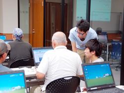 瀬戸市民にHP利用方法を教える学生