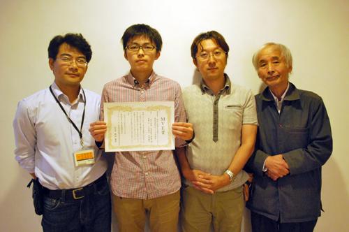 左から山田教授、植田さん、宮崎教授、伊藤教授