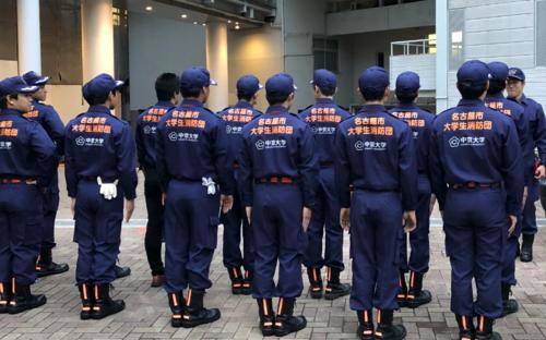 整列する消防団.PNG