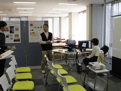 プレオープン展示瀧先生_8159縮小.jpg