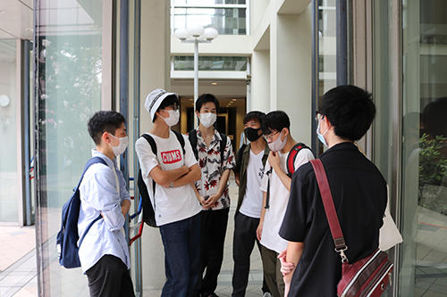 HP学内で初めて集まって交流する学生たち.jpg