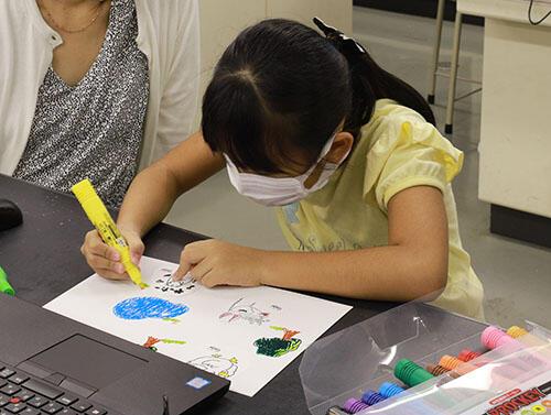HPIMG_2936_迷路の土台に絵を描く児童.jpg