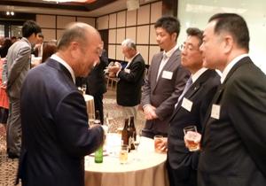 川岸前会長(左)と鈴木理事(右)
