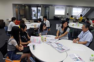 高校生に国際英語学部の魅力を伝える教員と学生