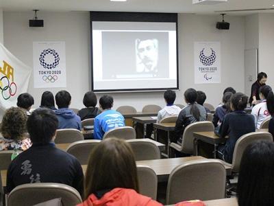 クーベルタンの顔も映し出されて開会式 縮小版.jpg