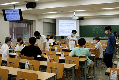 HP交流を楽しむ学生.jpg