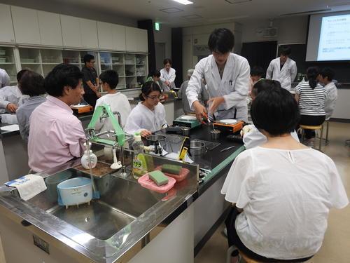 2サポートの大学生が各実験机に配備され.JPG