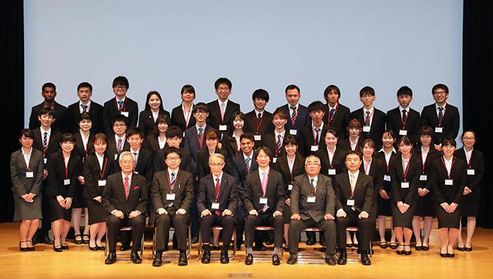 HP今年度新たに入団した奨学生37名の皆さんと選考委員.jpg