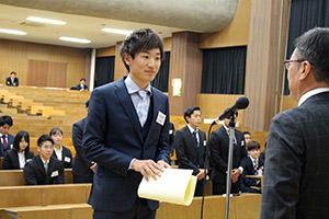 個人功労者を代表して受賞する水谷選手.JPG