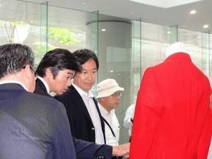 鈴木講演会展示見学2人5816.jpg