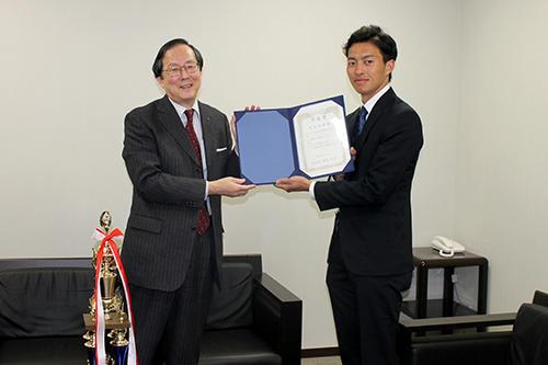 国際英語学部4年西井さんが学長賞 全国学生英語プレゼン大会個人の部で2位