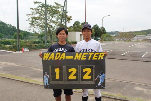和田選手と安打数のパネルを作った同僚の原田知希さん.JPG