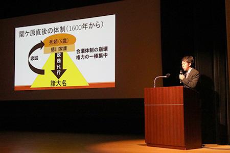 HP研究発表を行う2018年度入団生(文学研究科修士2年加藤壱弥さん).jpg