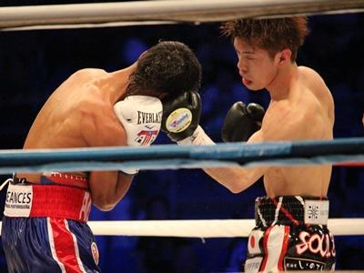 左フックを打ち込む田中選手.JPG