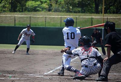 右前に100本目の安打を放った和田選手.JPG