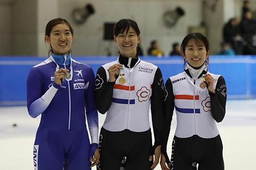 HP女子1500㍍優勝の平井選手(中)と3位入賞の小池選手.jpg