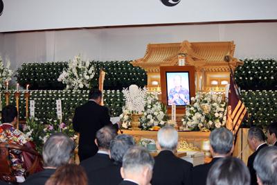 告別式で弔辞を述べる硬式野球部OB会長の林口高さん