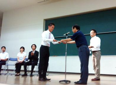 表彰を受ける大家助手(左)