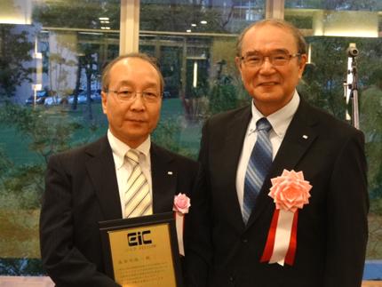 長谷川教授(左)と井上友二学会長
