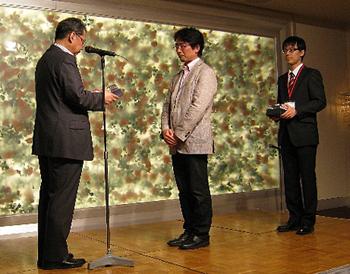 表彰を受ける橋本教授(中央)と秋月さん(右)