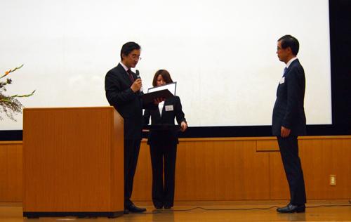 表彰を受ける近藤健児教授